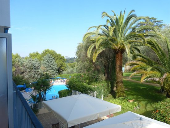 Les Agapanthes : view of the pool