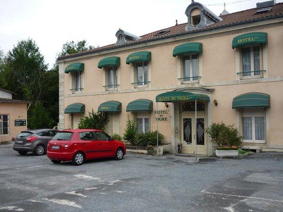 Hotel du Tigre : Основное здание и парковка в первом дворе