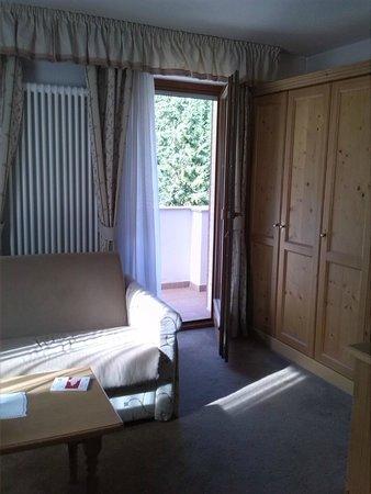Hotel Bel Sit: Divano e porta sul balcone
