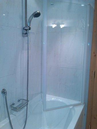 Hotel Bel Sit: Comoda vasca/doccia