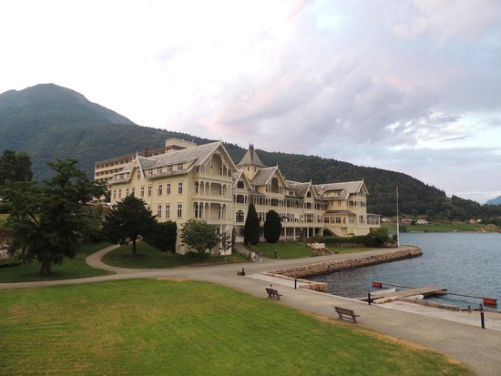 Kviknes Hotel: View of the hotel from the fjord