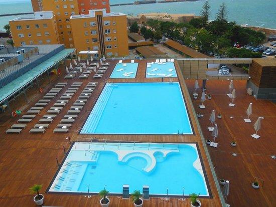 Parador de Cádiz: Vistas de las piscinas desde la habitación