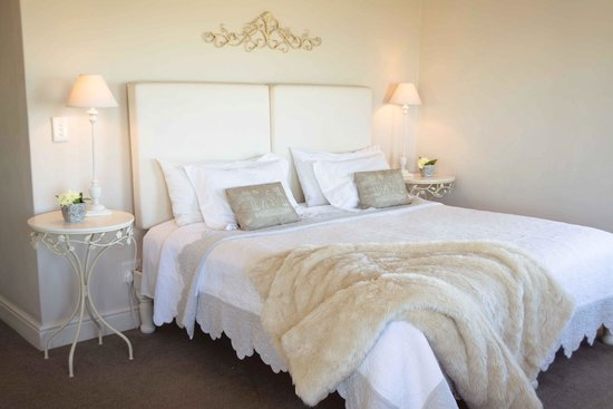 138 Marine Beachfront Guesthouse: Oyster Room with king-size bed