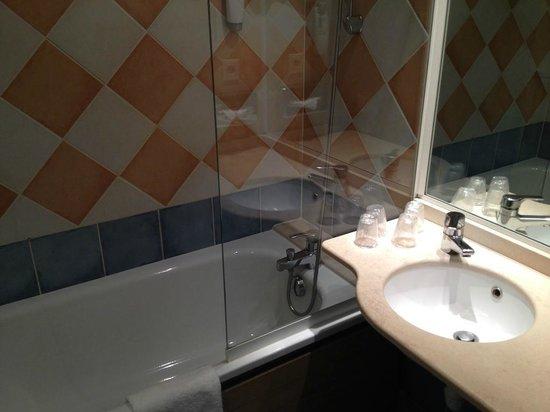 Ibis Styles Arles Palais des Congrès: Il bagno con vasca estremamente confortevole.