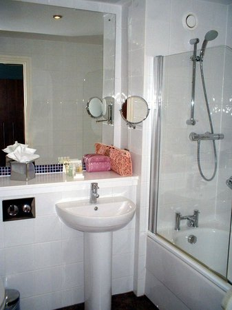 Warner Leisure Hotels Nidd Hall Hotel: Room 105 bathroom