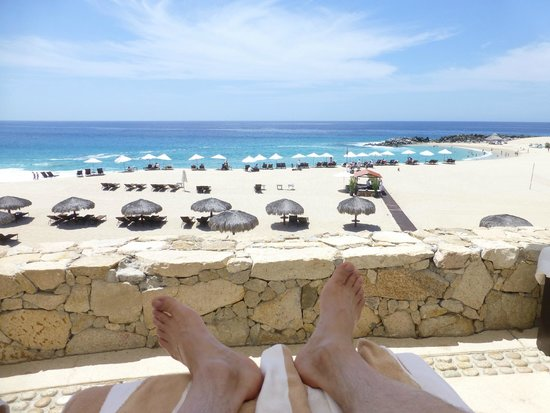 Hilton Los Cabos Beach & Golf Resort: relaxing/reading beachside ) pool is behind us