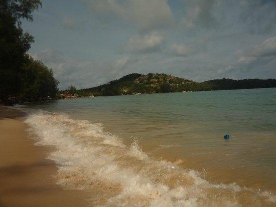 Arinara Bangtao Beach Resort: Во время прилива Волна аж до отеля...