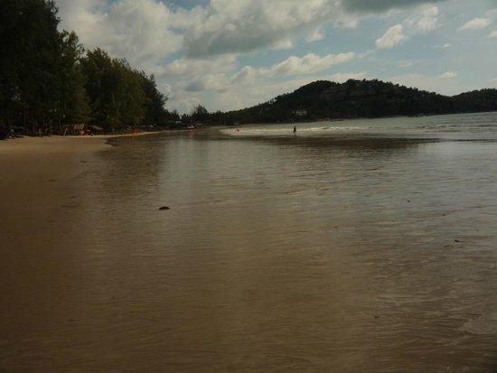 Arinara Bangtao Beach Resort: Во время отлива песок оголяется на 50-70 метров