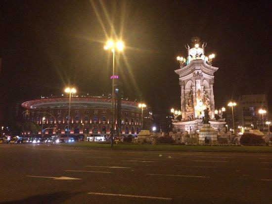 Centro Comercial Arenas de Barcelona: Arena and monument
