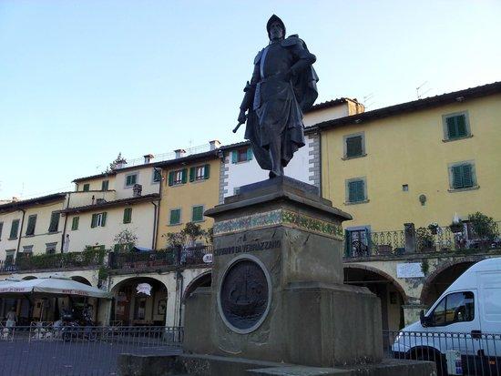 Piazza Matteotti : Il monumento a Giovanni da Verrazzano