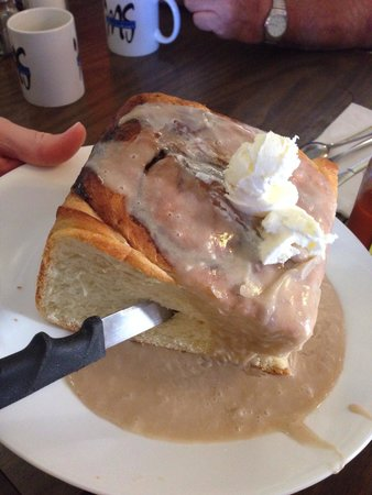 Mountain Shadows Restaurant: Cinnamon roll - could easily feed 4. If you r a light weight could feed 6.