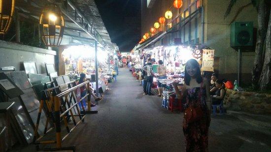 Yasaka Saigon Nha Trang Hotel: ホテルの隣にヤサカマーケット(夜の出店)があり、お土産探しに最適です