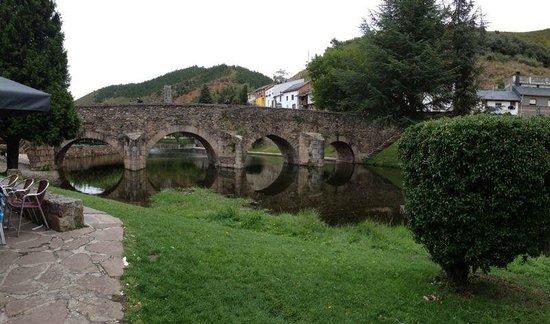 Molinaseca, Spanyol: Terraza exterior