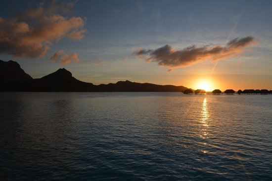 Four Seasons Resort Bora Bora: il tramonto dall'Overwater