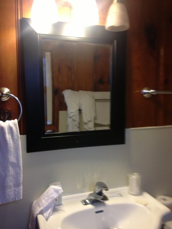Courtesy Inn Eugene: New sink and mirror but paper thin flimsy towels