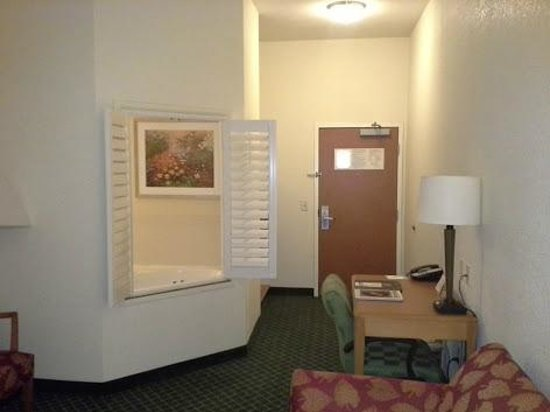 Fairfield Inn & Suites Temecula: Entry way and shutters (into the bathroom) - Room 131