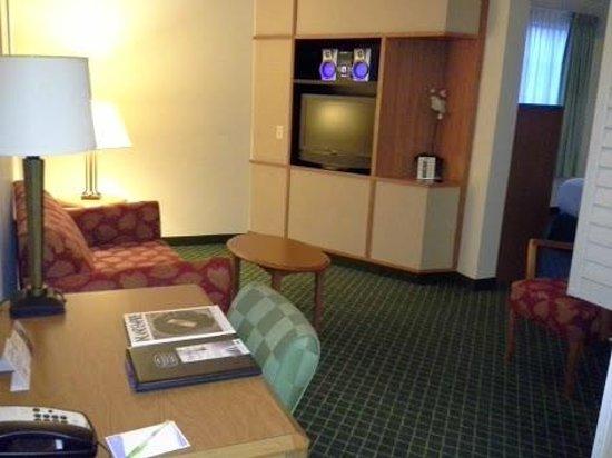 Fairfield Inn & Suites Temecula : Living room area - Room 131