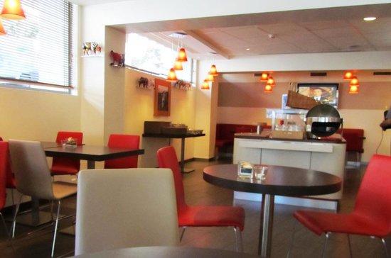 ibis Lausanne Centre: Zona de bar y desayunos