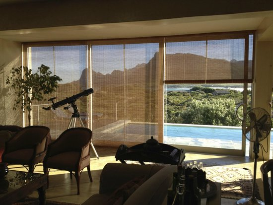 Moonstruck on Pringle Bay Guesthouse: Main living area overlooking the pool and Pringle Bay