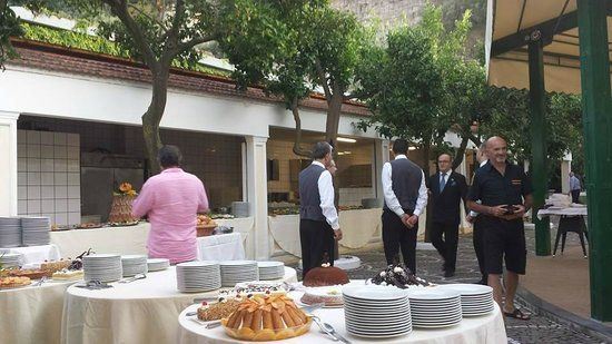 Grand Hotel Parco Del Sole: The Outdoor Buffet Evening