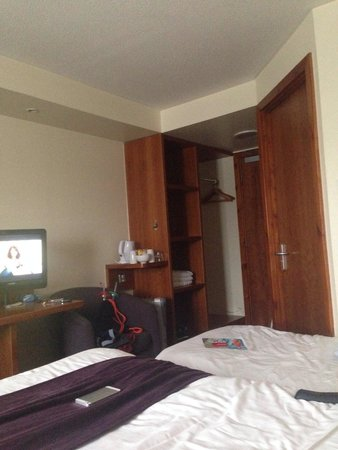 Premier Inn Slough Hotel: Family room 223.