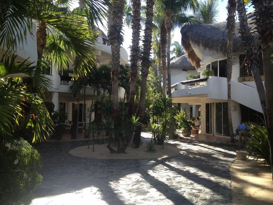 Club Cascadas de Baja: Walk through Club Cascada to our room from the beach.. Just lovely.