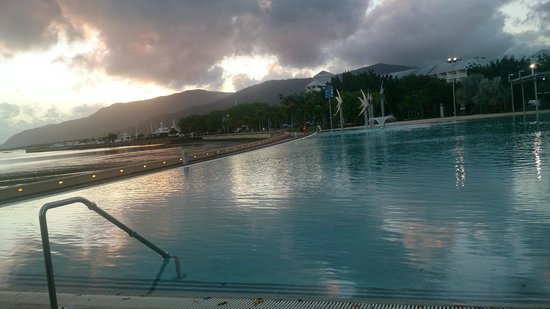 Cairns Esplanade Swimming Lagoon : 夕焼け時の光景