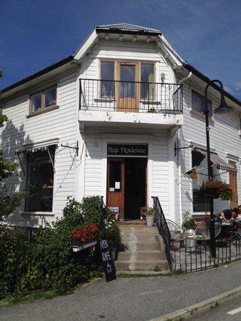 Kafe Hvidesøe: Street view front entrance