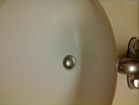 Holiday Inn Orangeburg - Rockland / Bergen: cracked sink