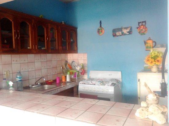 Mama Sara House: Cocina con nevera, fuegos, utensilios... completa