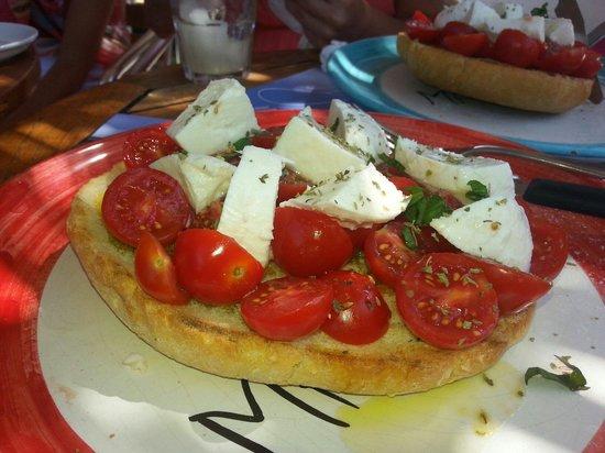 Bar Malvasia: Pane cunzato con pomodorini e mozzarella