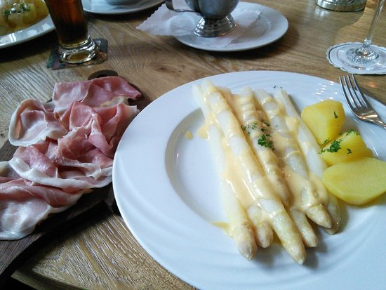 Hotel-Restaurant Thormählen: White asparagus with perfect hollandaisse.