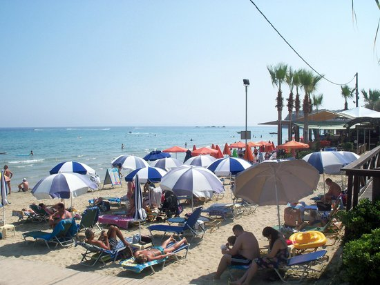 Zante Maris Hotel: view of the beach from grassed area