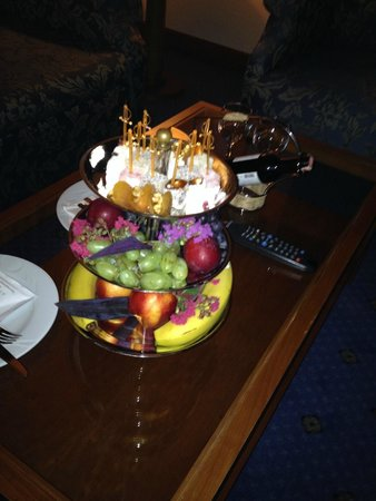 IC Hotels Airport : Fruit platter, wine and Turkish delights