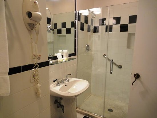 Mayfair Hotel: Bathroom 201