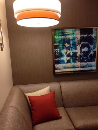 Hyatt Place Chicago-South/University Medical Center: Love this corner to relax and read my book and put my feet up !