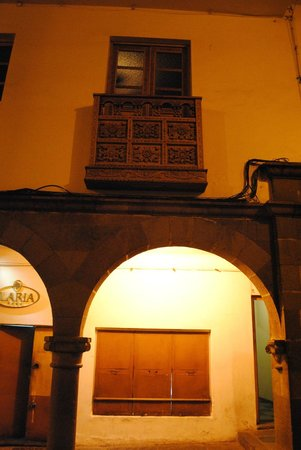Hostal El Peregrino: Arcada de entrada al hostal y balcón
