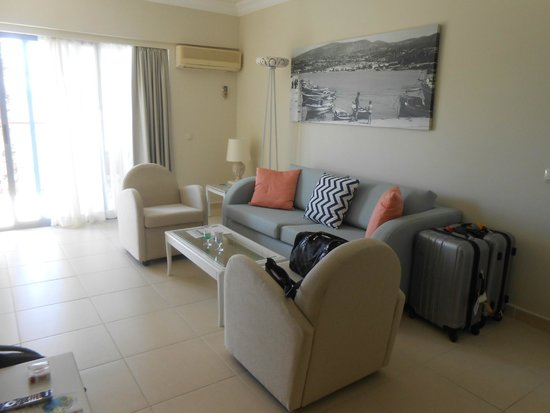 SENTIDO Marina Suites- Adult Only: le salon avec entrée balcon