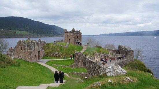 Loch Ness : Castelo lindissimo proximo ao Lago Ness. Neste ponto parte um passeio de barco.