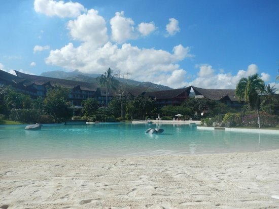 Le Meridien Tahiti: The lovely sandy-bottomed swimming pool