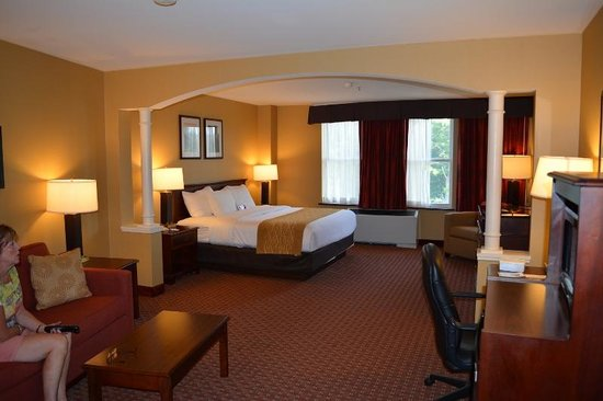 Comfort Inn & Suites Near Burke Mountain: King bedroom suite