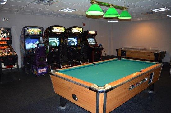 Comfort Inn & Suites Near Burke Mountain: Arcade & pool table