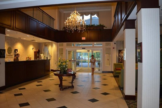Comfort Inn & Suites Near Burke Mountain: Front lobby