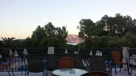 Castelli Hotel: Dejlig udsigt fra terrassen hvor man kan nyde en drink eller 2.