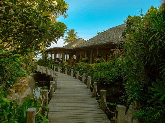 Deva Samui Resort & Spa: Deva Resort & Spa Koh Samui的通往餐廳路上