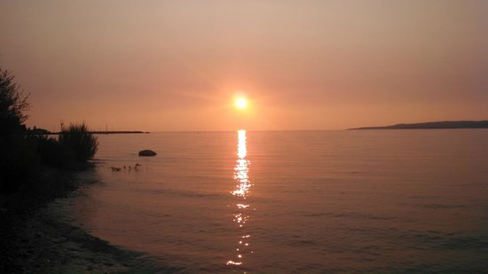 Stafford's Bay View Inn: Sunset from lakeshore area