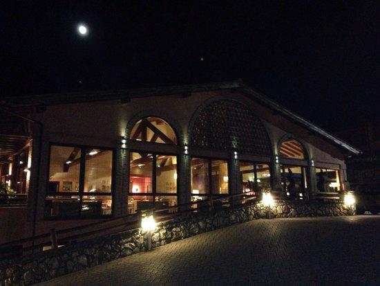 Meridiana Country Hotel : Illuminazione notturna.