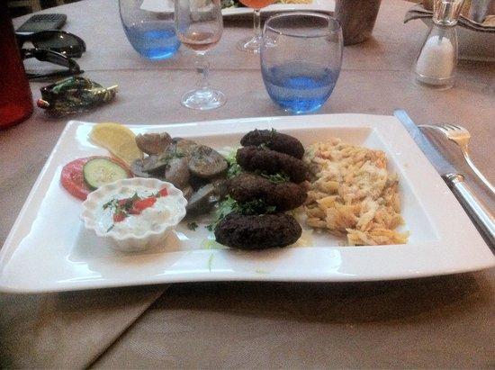 Le Moulin De Mykonos : Boulette de bœuf, échalote, persil et pâte grecque avec champignons et sauce Tatziki