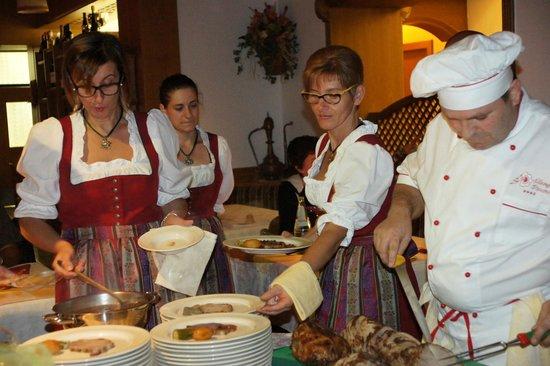 Albergo Dimaro: Cena tipica trentina: lo staff in costume tradizionale