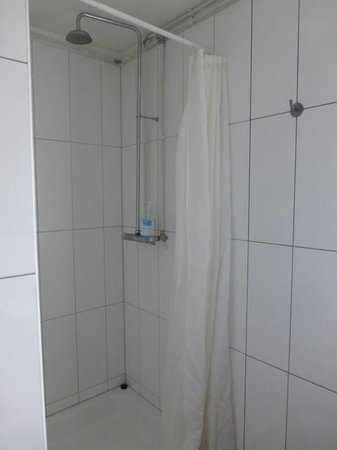 Guesthouse Bitra B&B: The shower